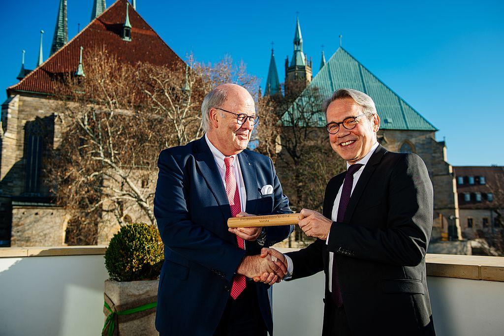 Innenminister Grote übergibt das Staffelholz an Innenminister Maier