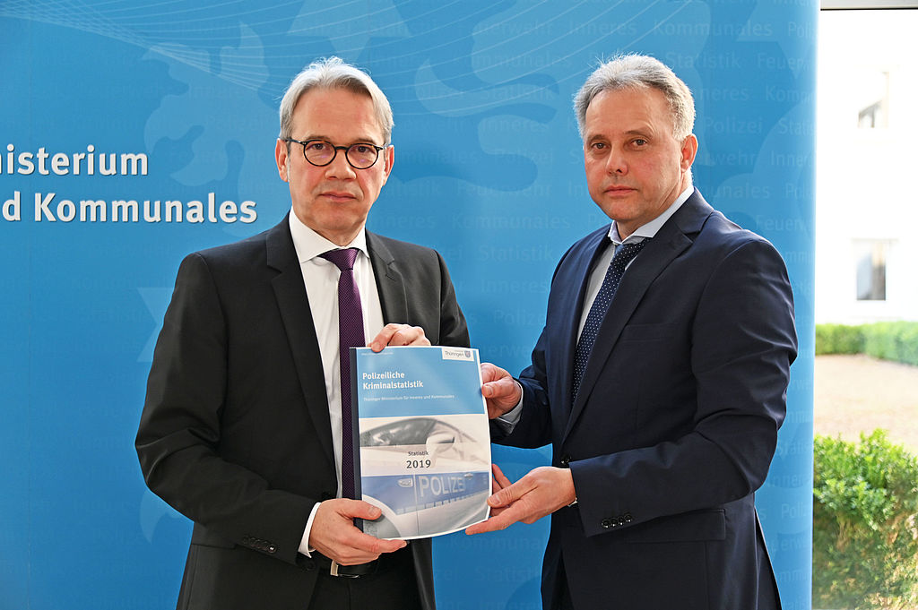 Innenminister Georg Maier und Referatsleiter Peter Zaab stellen die PKS 2019 vor