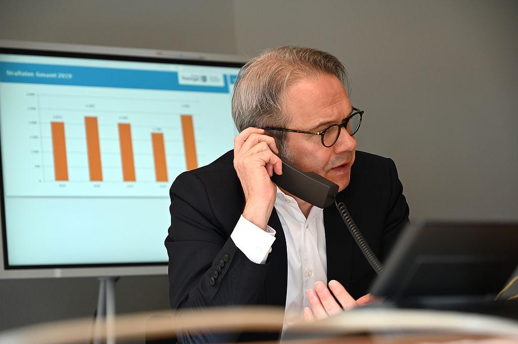 Minister Maier bei der Telefonschalte
